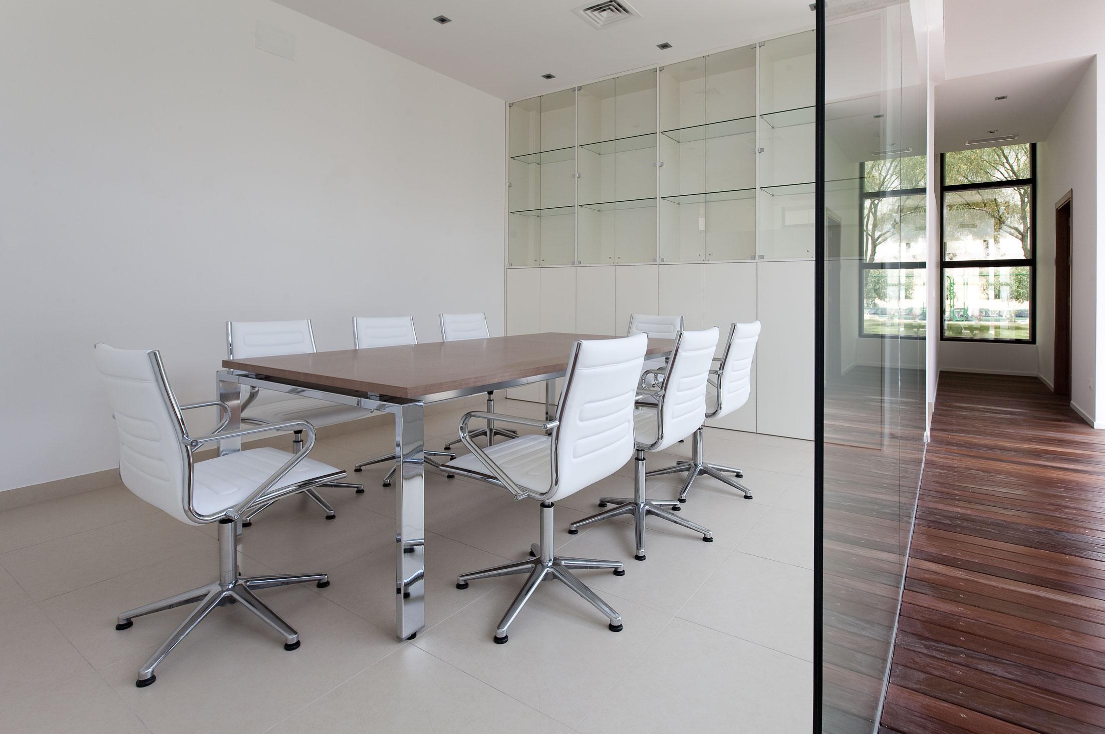 Mesas reuniones de oficina franc el equilibrio y su for Mesa de reuniones